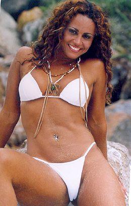 image Morena gostosa em filho dental na praia