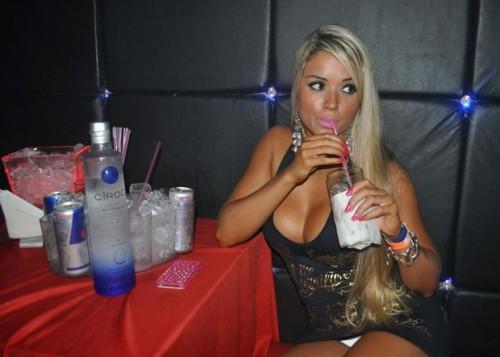 03_no_intervalo_a_ex_panicat_aproveitou_para_se_refrescar_com_um_drink